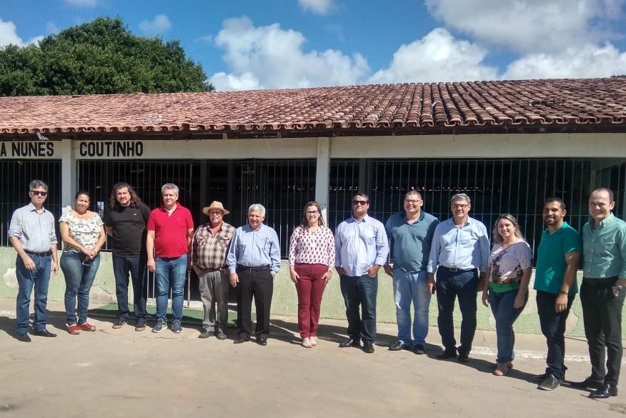 PREFEITO DANIEL SANTANA E COMITIVA DA SENADORA ROSE DE FREITAS E DA PETROBRAS VISITAM ESCOLA NO NATIVO